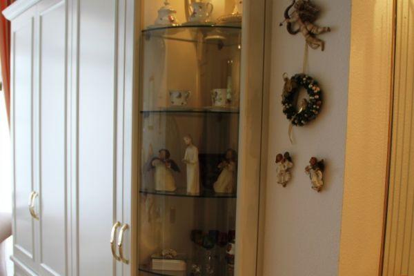 tischlerei-teneriffa-kleiderschrank-mit-runder-vitrine71BA6387-B206-4B89-9BEF-1625E7B44D99.jpg