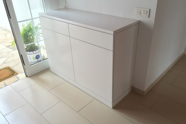 tischlerei-teneriffa-sideboard-in-weiss-push-to-openB342EB30-D9D7-4151-8D09-7456ED708DA2.jpg